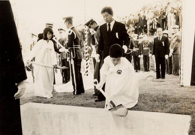 Bà Park trong lễ tang của cha sau khi ông bị ám sát vào năm 1979. Kể từ đây, bà lui về hậu trường suốt 18 năm và vấp phải sự phản bội của các trợ lý cũ của cha. Bà trở lại chính trường từ năm 1998. (Ảnh: Reuters)