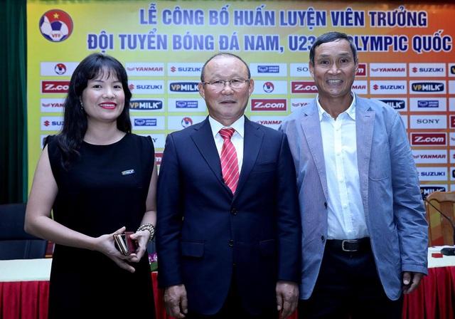 Người ta cũng không dám chắc so về năng lực cầm quân, HLV Park Hang Seo có phù hợp với đội tuyển Việt Nam như HLV Mai Đức Chung (phải) hay không? Trong khi lương của 2 ông này chênh lệch nhau xa lắc