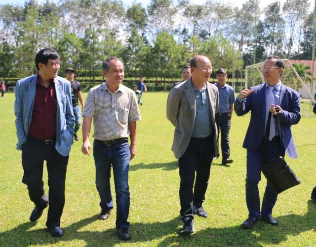 HLV Park Hang Seo (thứ 2 từ phải sang) chuẩn bị có trận đấu chính thức đầu tiên với đội tuyển Việt Nam, tại vòng loại Asian Cup 2019 (ảnh: Nguyễn Đình)