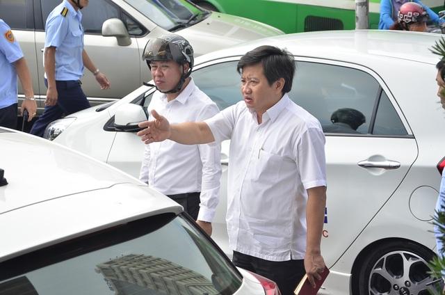Ông Đoàn Ngọc Hải - Phó Chủ tịch UBND quận 1 (phải) khẳng định quận 1 sẽ làm quyết liệt để giành lại vỉa hè cho người đi bộ. Nếu không làm được, ông sẽ cởi áo về vườn.