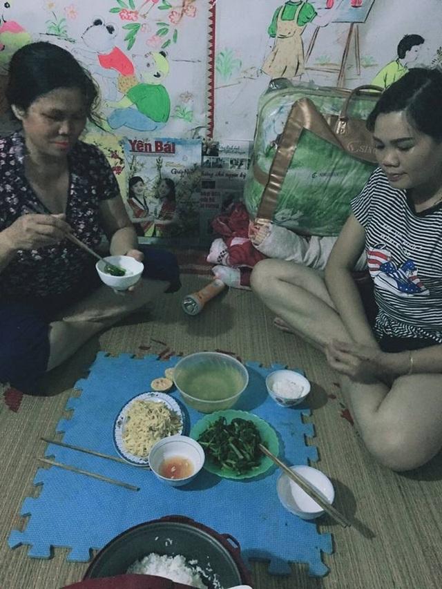 Cô Phạm Thị Viễn (trái) đã có 12 năm cắm bản dạy học, còn cô Trần Thị Thuận ít hơn với... 7 năm cắm bản dạy học. Bữa ăn đơn sơ của 2 cô giáo gồm một bát rau cải tự trồng được và một đĩa măng xào