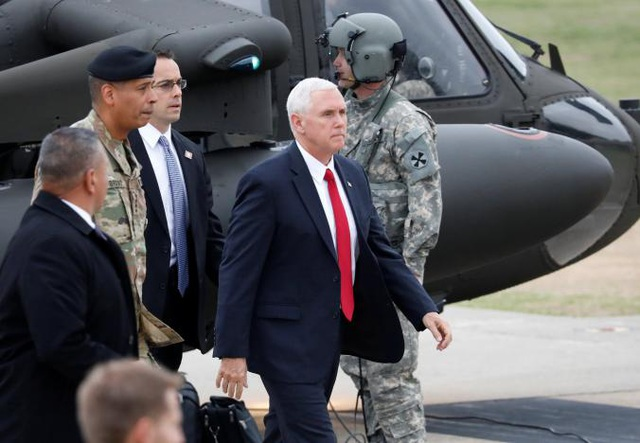Phó Tổng thống Pence đáp trực thăng tới căn cứ Camp Bonifas sáng 17/4.