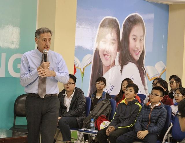 Ông Peter Shumlin trò chuyện với các học sinh, sinh viên Việt trong chuyến thăm Hà Nội chiều ngày 2/3.