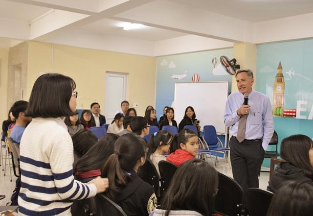 Vị cựu Thống đốc bang Vermonts giải đáp thắc mắc cho các em học sinh muốn tham gia chương trình trao đổi học tập, trải nghiệm.