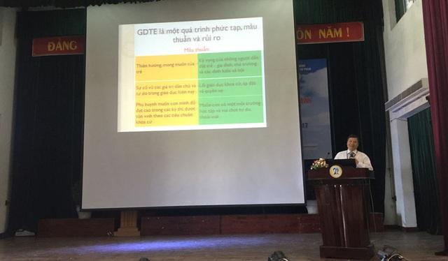 PGS. TS Lê Quang Sơn, Phó Hiệu trưởng trường ĐH Sư phạm - ĐH Đà Nẵng trình bày tham luận tại Hội thảo