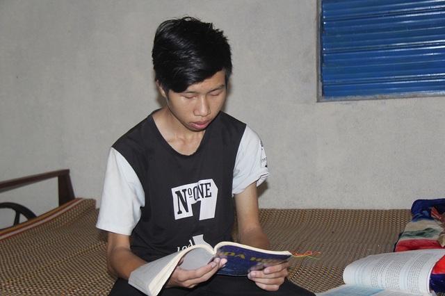 Nhà khó khăn lại mắc bệnh hiểm nghèo khiến việc học của Linh nhiều lần bị gián đoạn