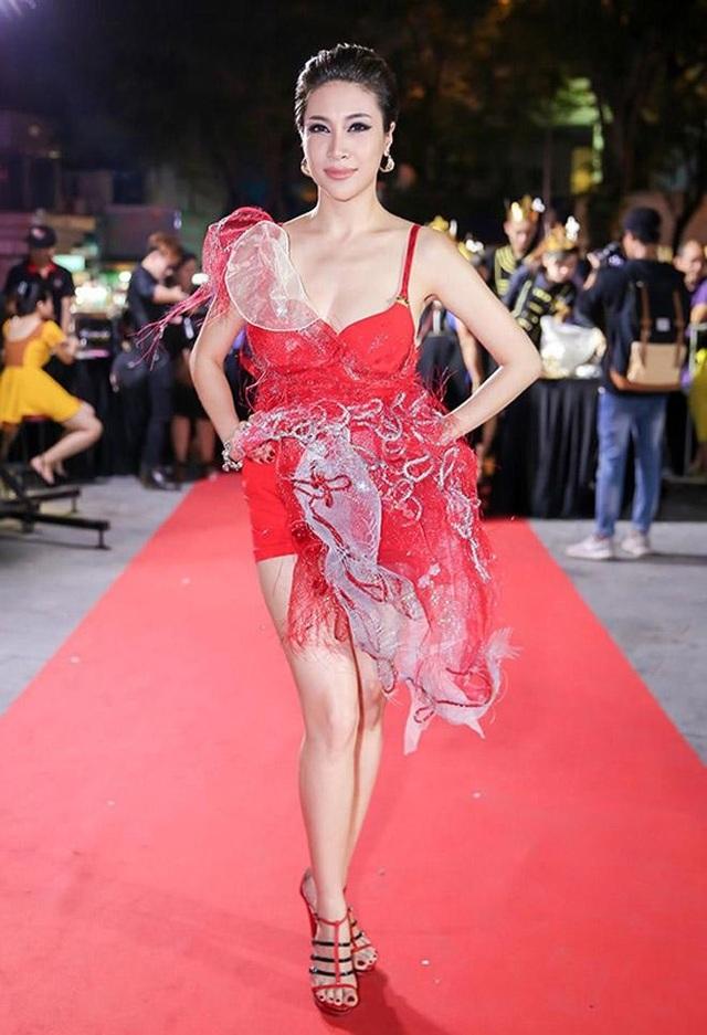 Không chỉ khoe da thịt với chiếc váy cũn cỡn, Pha Lê còn bị chê vì trang phục sến sẩm, kém sang.