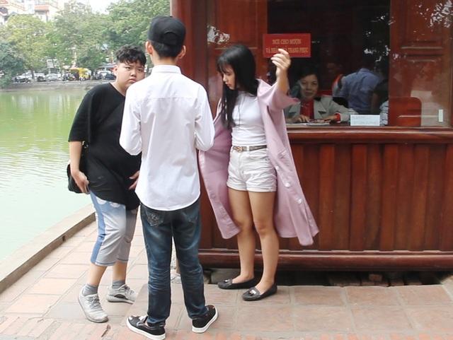Du khách ăn mặc không phù hợp sẽ không được vào đền Ngọc Sơn, nếu muốn vào phải khoác thêm áo choàng dài được cho mượn miễn phí.