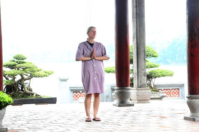 Du khách đều ủng hộ quy định này của Ban quản lý đền Ngọc Sơn.