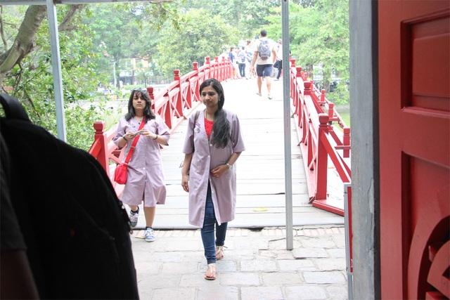 Người mặc váy ngắn, quần cộc phải khoác áo choàng khi vào đền Ngọc Sơn - 6