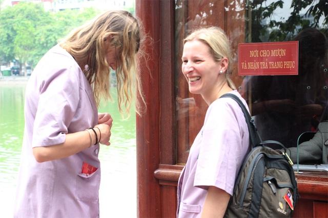 Du khách nước ngoài tỏ ra khá thích thú với chiếc áo choàng.