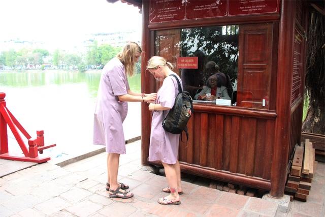 Người mặc váy ngắn, quần cộc phải khoác áo choàng khi vào đền Ngọc Sơn - 3
