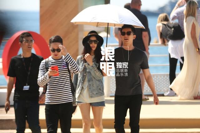 Như mọi lần, Phạm Băng Băng không quên lôi kéo bạn trai đi công tác cùng cô. Hai người khởi hành khác ngày nhưng Lý Thần đã kịp có mặt để chứng kiến giây phút bạn gái tỏa sáng trong lễ khai mạc LHP quốc tế Cannes.
