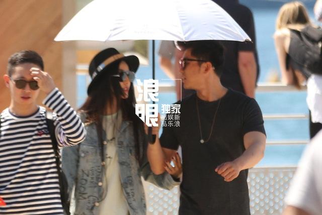 Trước giờ diễn ra lễ khai mạc LHP quốc tế Cannes 2017, người hâm mộ đã bắt gặp Phạm Băng Băng nắm tay bạn trai Lý Thần tại Pháp. Cặp đôi tranh thủ đi dạo với nhau.