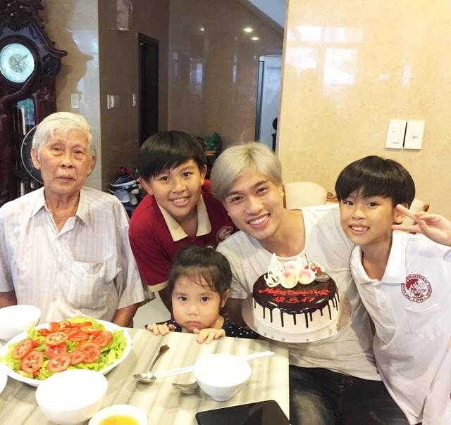 Đức Long (thứ 2 từ phải sang) đón sinh nhật bên gia đình.