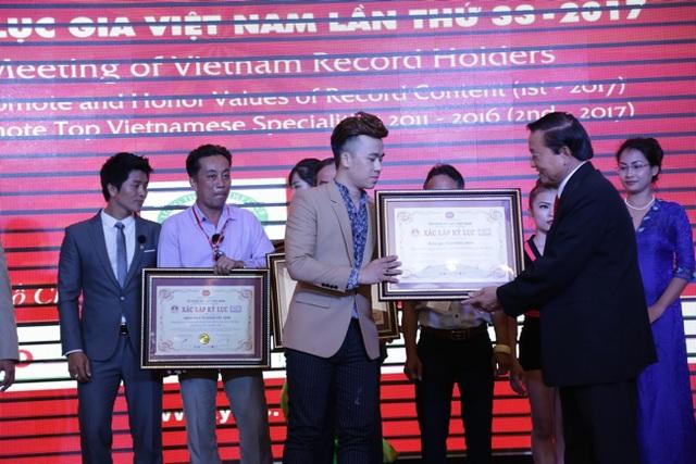 Phạm Hồng Minh đã xuất sắc được vinh danh Họa sĩ vẽ tranh trình diễn và tranh nước đầu tiên tại Việt Nam.