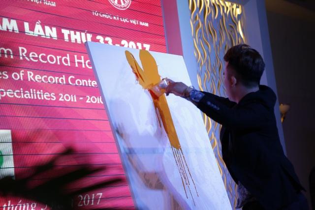 Phạm Hồng Minh đã dành tặng khán giả một màn trình diễn tranh nước khá độc đáo.