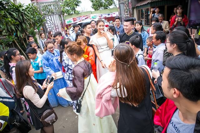 Tại đây, nhiều bạn trẻ đã chụp ảnh, xin chữ ký và ở lại đến kết thúc chương trình để gặp Phạm Hương. Phạm Hương rất xúc động về tình cảm của các fan hâm mộ dành cho mình. Cô cũng vui vẻ cho biết rất có duyên với lễ hội thì hằng năm ban tổ chức đều mời cô tham dự và đồng hành.