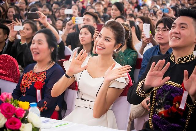 Phạm Hương chăm chú theo dõi và cổ vũ hết mình cho màn biểu diễn của Noo Phước Thịnh, Vũ Cát Tường.