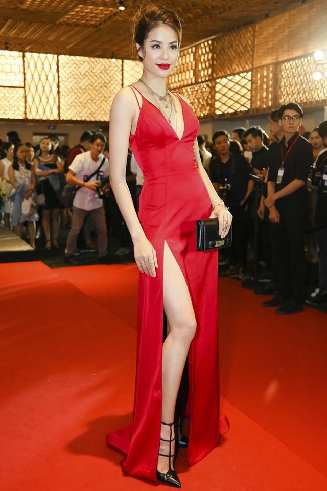 Diện trang phục kiểu dáng không quá mới mẻ nhưng Phạm Hương vẫn có sức hút mãnh liệt trên thảm đỏ. Người đẹp gốc Hải Phòng chọn bộ cánh đỏ rực bắt mắt, khoe trọn đôi chân thon dài và nước da trắng bằng đường xẻ tà cao.