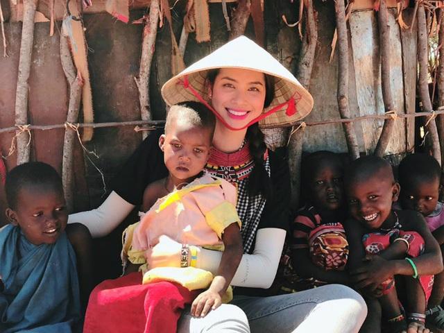 Trong hành trình chuyến đi, Phạm Hương vui vẻ chơi cùng trẻ em châu Phi. Hoa hậu chia sẻ dòng status ý nghĩa: Chỉ đơn giản là yêu thương. Cám ơn cuộc sống vì những thứ tốt đẹp và đầy đủ dành cho mình.
