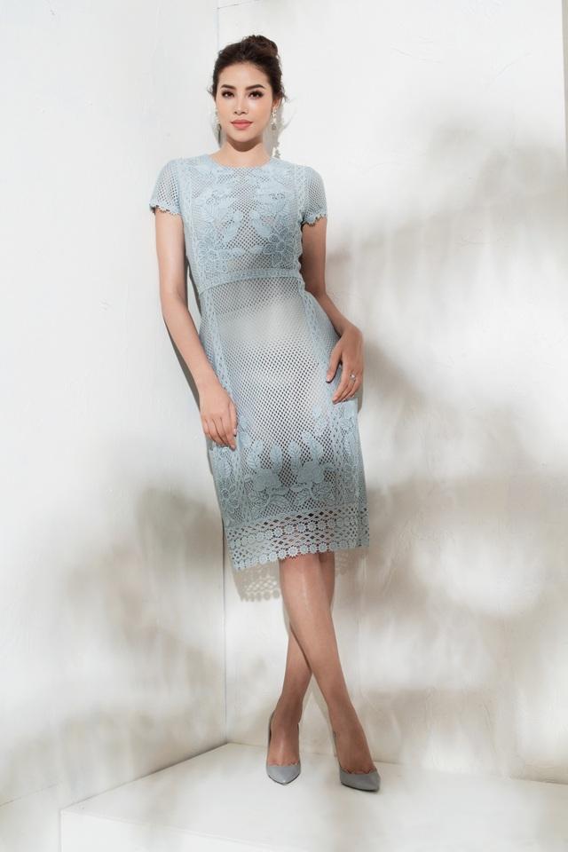 Chiếc váy xuyên thấu màu xanh pastel với phom dáng cổ điển mang đến vẻ thanh lịch, dịu dàng cho Hoa hậu Phạm Hương. Kết hợp cùng đôi hoa tai ton-sur-ton với mái tóc được búi cao, vẻ quý phái của nàng Hoa hậu như được nâng lên.