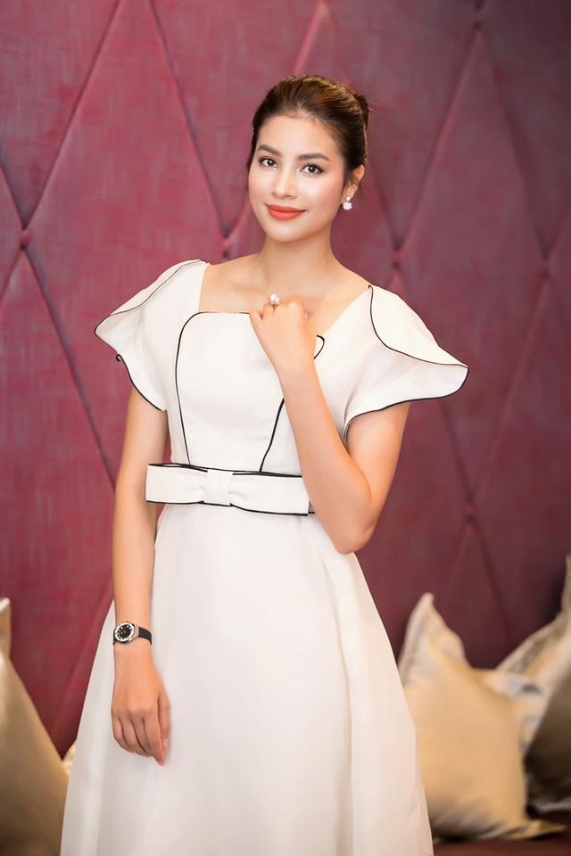 Hoa hậu Phạm Hương diện bộ bộ đầm trắng đậm chất cổ điển, thanh lịch.