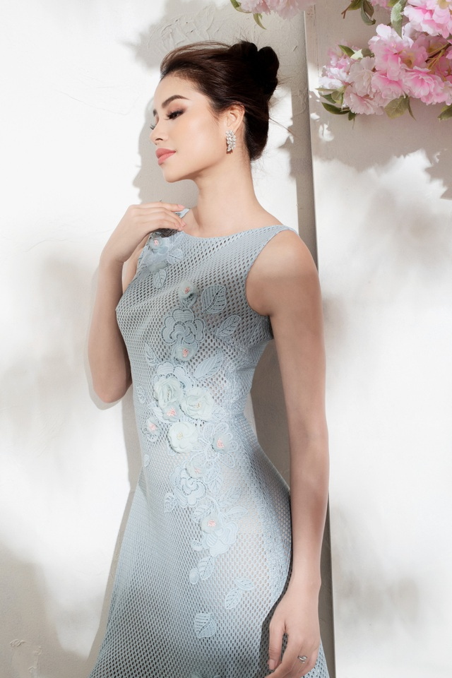 Đồng màu cùng bộ thứ nhất, nhưng chiếc váy này được thiết kế không có tay, làm lộ ra bờ vai gợi cảm của Phạm Hương. Họa tiết bông hoa bản to được đính kết tinh tế bên eo, nhấn nhá thêm cho vòng 2 hoàn hảo.