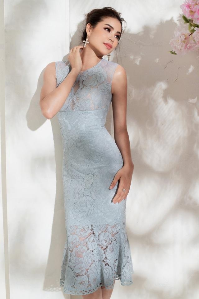 Phạm Hương cũng là tín đồ yêu thích phom dáng bút chì quen thuộc bởi giúp tôn lên đường cong hoàn mỹ của Hoa hậu.