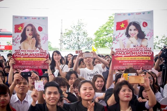 Cũng như thường lệ, hàng trăm fan hâm mộ khắp nơi, có cả fan tại Hải Phòng và các tỉnh lân cận cũng đã đến Đông Anh - Hà Nội để gặp gỡ cùng thần tượng - Phạm Hương.