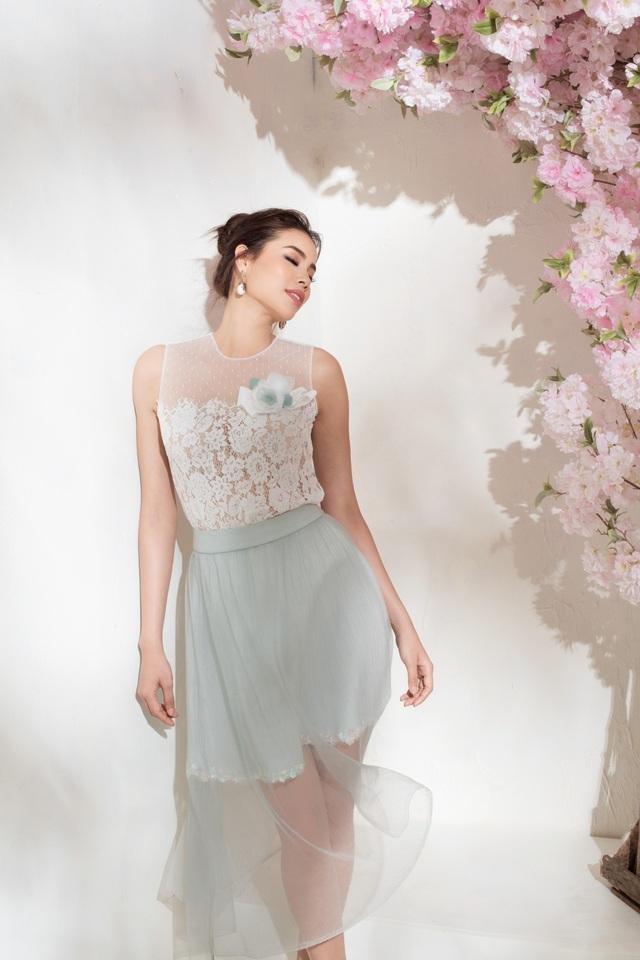 Với chân váy layer, có thể học hỏi Phạm Hương lựa chọn cách phối với phần thân màu trắng. Kỹ thuật đắp ren thủ công tiếp tục được thực hiện công phu, mang đến những đoá hoa trắng lãng mạn cho các cô gái.