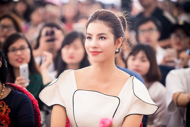 Hoa hậu cũng được biết đến là cô gái yêu ca hát, nhiều lần hát cho fan nghe.