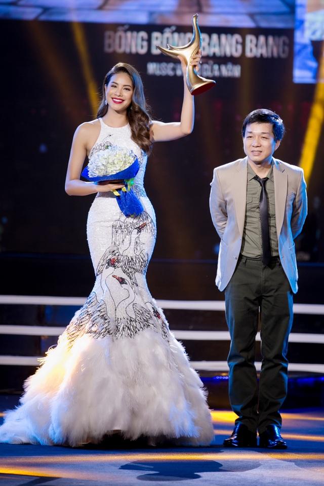 Phạm Hương nhận cúp MV của năm thay nhóm 365 vì nhóm vắng mặt