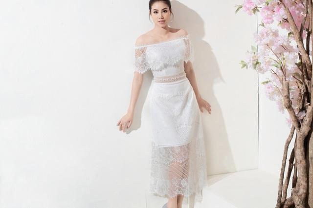 Phạm Hương tiếp tục chứng tỏ đẳng cấp khi diện chiếc váy màu trắng có chất liệu ren xuyên thấu chủ đạo. Bộ trang phục tinh tế với phần ren đổ, tôn nét quyến rũ của Hoa hậu.