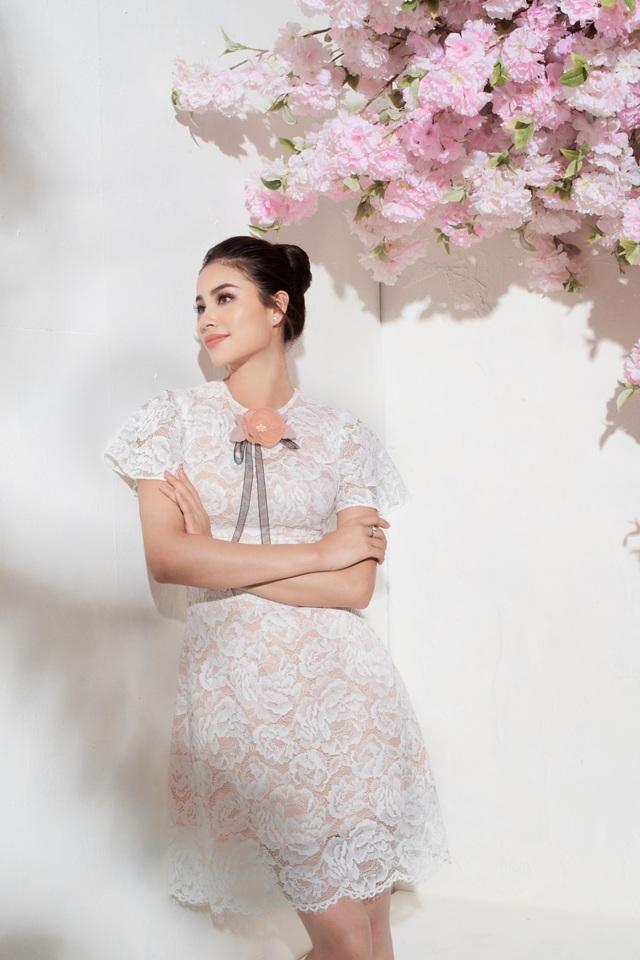 Phần đính hoa ngay cổ tạo điểm nhấn, khiến bộ váy tưởng chừng như đơn giản nhưng vô cùng thanh lịch.