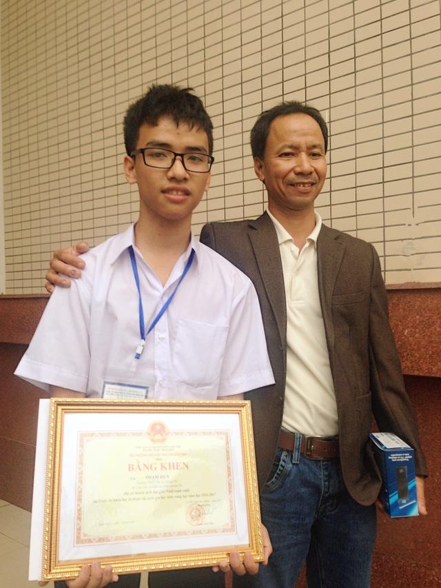 Phạm Huy và bố trong ngày nhận giải cuộc thi Khoa học kỹ thuật cấp quốc gia khu vực phía Bắc ngày 9/3/2017.