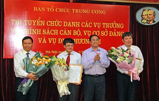 Ủy viên Bộ Chính trị, Trưởng ban Tổ chức Trung ương trao quyết định bổ nhiệm cho 3 thí sinh trúng tuyển chức danh vụ trưởng