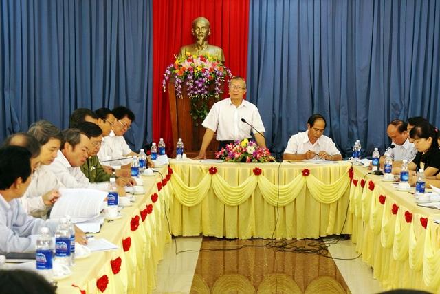 Nguyên Chủ tịch UBND tỉnh Gia Lai Phạm Thế Dũng (đứng) và người kế nhiệm (bên phải) điều hành một phiên họp tại địa phương.