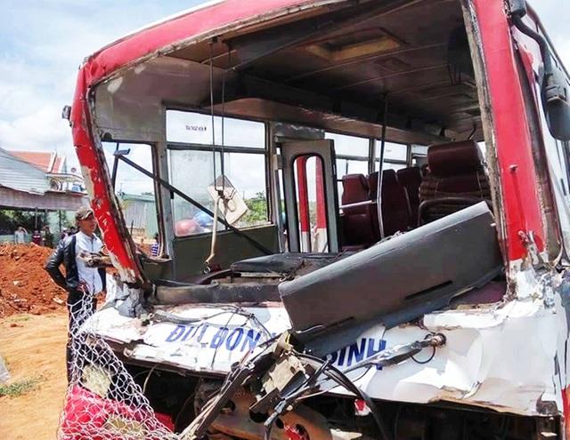 Chiếc xe khách chở học sinh bị biến dạng sau va chạm