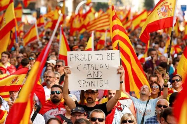 Biểu tình phản đối Catalonia ly khai khỏi Tây Ban Nha (Ảnh: Reuters)