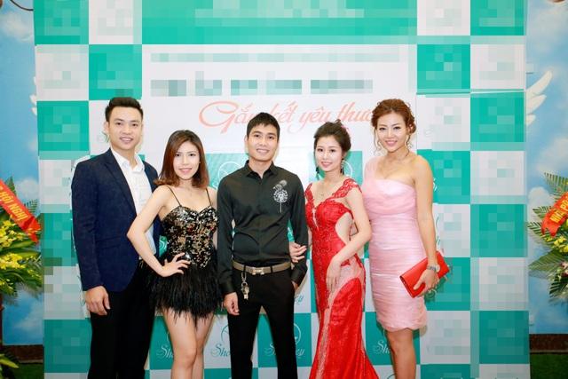 Phan Hương, Duy Khoa, Thuỳ Trang chụp ảnh cùng chủ nhân bữa tiệc.