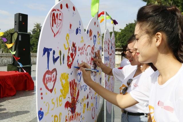 MC Mai Thỏ và người đẹp Phùng Bảo Ngọc Vân ký tên vào trái tim nhân ái.