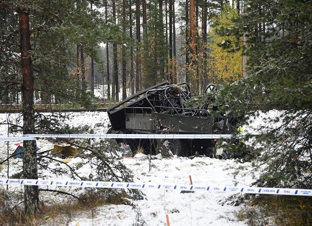 Xe quân sự bị hư hỏng nặng sau cú va chạm với tàu hỏa (Ảnh: Reuters)