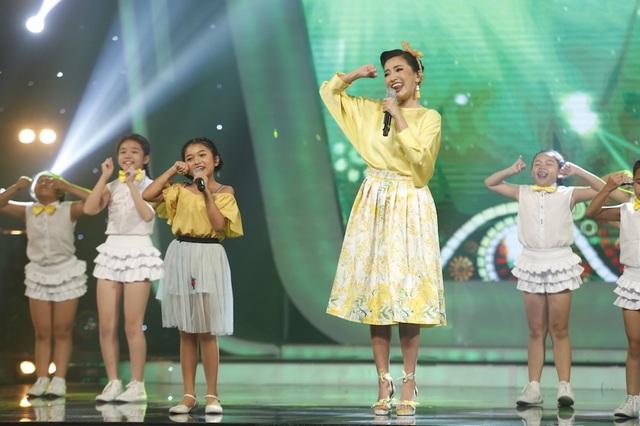 """Trong phần kết hợp song ca, Bích Phương và Thu Uyên đã biểu diễn ca khúc """"Bao giờ lấy chồng"""" một phiên bản nhí vô cùng dễ thương và đáng yêu."""