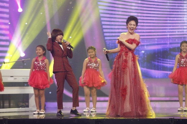 """Nữ giám khảo Văn Mai Hương song ca """"Là tôi và âm nhạc"""" cùng Thiên Khôi."""