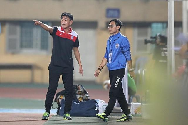 HLV Phan Thanh Hùng (trái) chỉ đạo học trò thi đấu, ảnh: Minh Phương