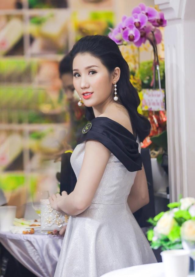Về phần Bảo Như, sau một thời gian dài vắng bóng trong showbiz để chuyên tâm cho việc học tập và kinh doanh, người đẹp sinh năm 1993 đã trở lại một cách bất ngờ khiến người hâm mộ không khỏi chú ý.