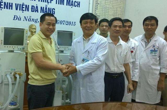 Ông Phan Văn Anh Vũ (áo vàng) - Chủ tịch HĐQT Công ty IVC, trong một lần trao tặng thiết bị tại bệnh viện Đà Nẵng (ảnh: báo Đà Nẵng)