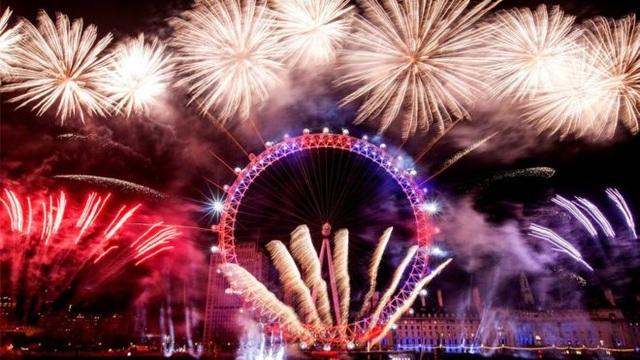 Khoảnh khắc ấn tượng khi nhiều pháo hoa được phóng tại vòng quay London Eye (Ảnh: PA)