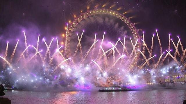 London đã sử nhiều loại pháo hoa với những tạo hình khác nhau cho màn trình diễn đặc sắc trong đêm giao thừa (Ảnh: Getty)